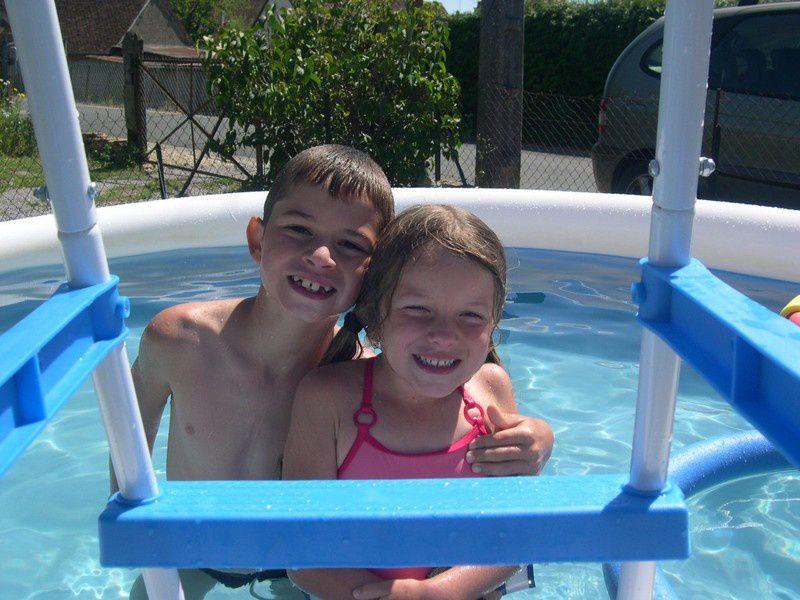Elian et Leane dans piscine autoportante