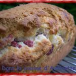 Cake aux fruits séchés (fraises et ananas) et pignons de pin