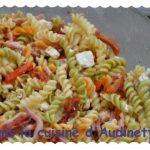 Salade de pâtes aux légumes confits, lardons et feta