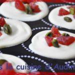 Mendiants blancs aux fraises séchées et pistaches