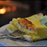 Omelette fine soufflée aux lardons et au fromage