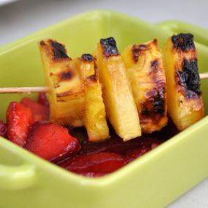Brochette d'ananas grillé au barbecue sur salade de fraises