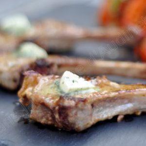 Côtelette d'agneau et son beurre au basilic et ciboulette