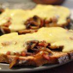 Tartines champignons reblochon lardons