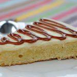 Gâteau coco, glaçage chocolat blanc et déco au salidou
