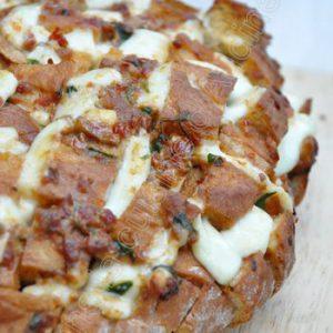Cheesy Pull Apart Bread tomate mozza