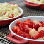 Crumble fraises, groseilles et pêche