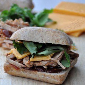 Sandwich au pulled pork et cheddar
