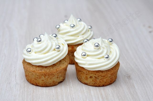 Cupcakes à la vanille, topping ganache ivoire et perles nacrées