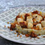 Noix de pétoncles au crumble de chorizo sur fondue de poireaux