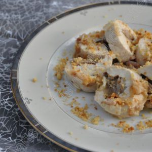 Ballottines de dinde au foie gras, crumble de parmesan et sauce à la crème et aux lardons