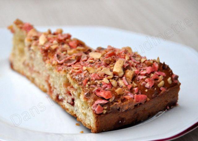 Gâteau au yaourt à la purée d'amande et aux pralines roses