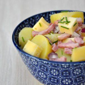 Salade de pommes de terre aux lardons et à la tomme
