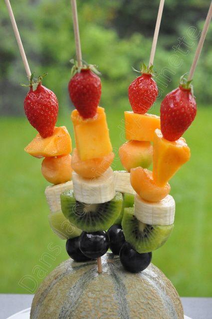 Brochettes de fruits arc en ciel