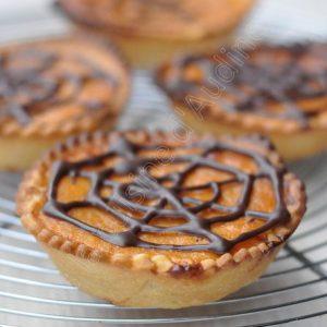 Petites pumpkin pie aux toiles d'araignée pour Halloween