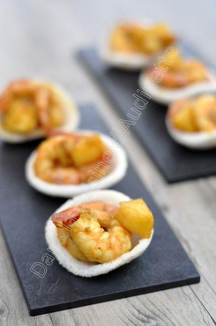 Crevettes et pommes poêlées à la balinaise, servies dans une chips