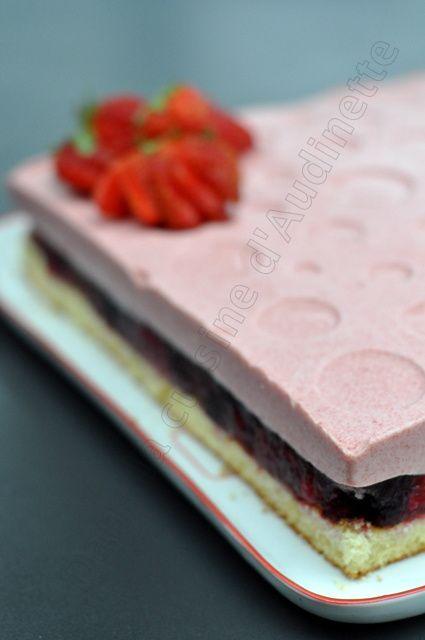 Génoise vanille, mousse aux fraises sur granité aux fruits rouges