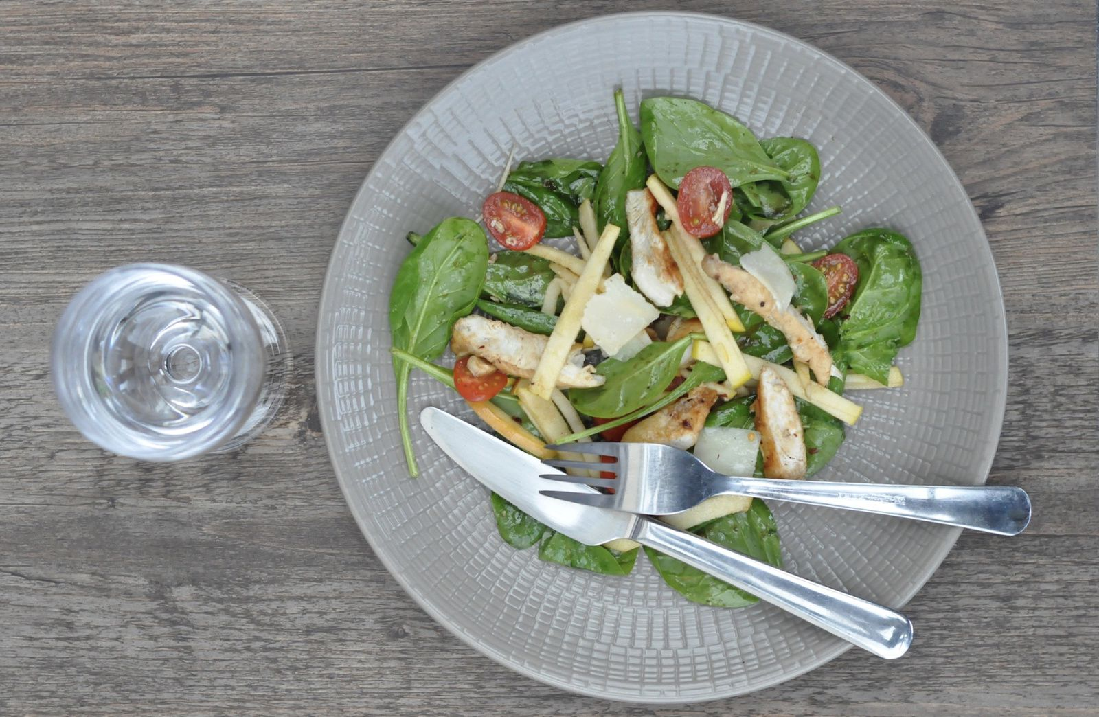 Salade de pousses d'épinard au poulet et à la pomme Tentation (en vidéo)