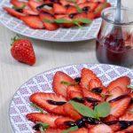 Carpaccio de fraises au basilic et coulis de cassis